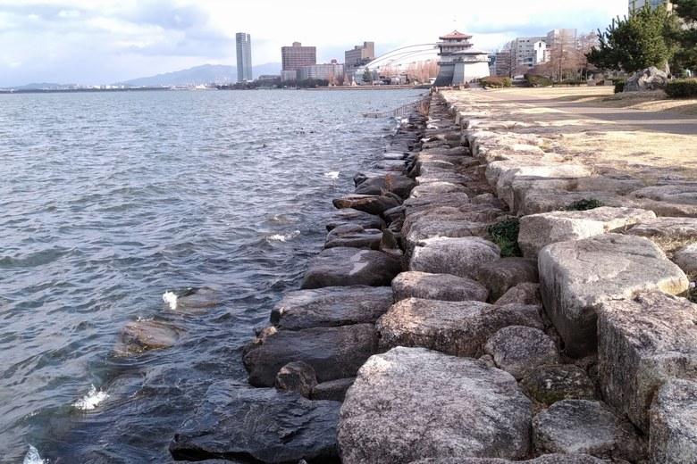 水中につづく階段状の石積み護岸