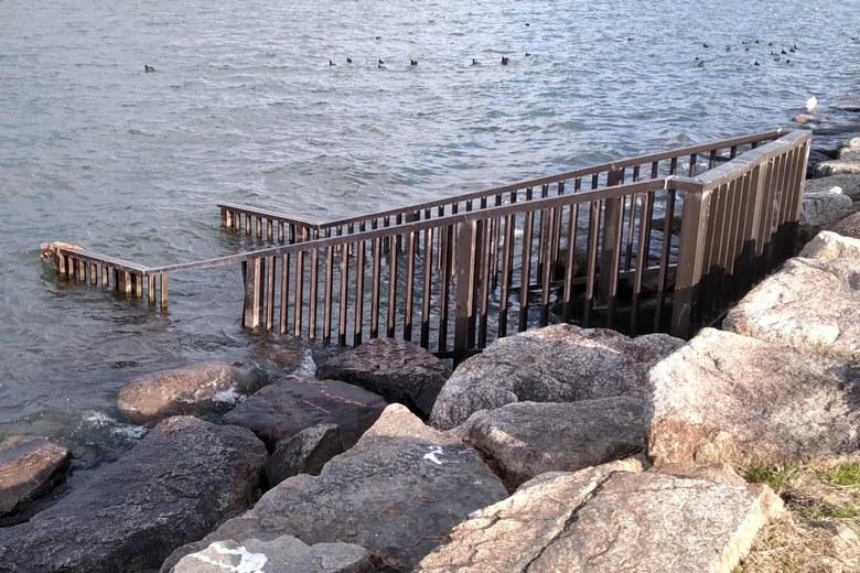 水路の流れ込みと柵