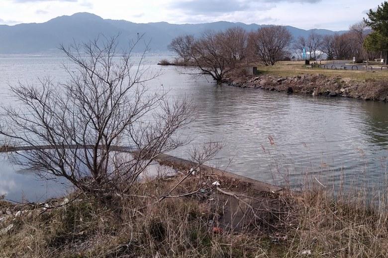 葉山川河口の北側と志那の石積み護岸