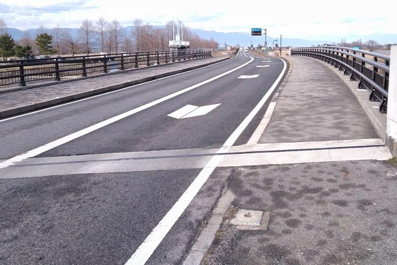 葉山川の上を通る県道559号線と、新葉山川橋