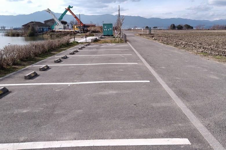 平湖の前にある駐車場