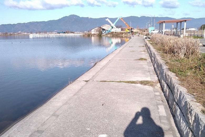 平湖の駐車場前の護岸