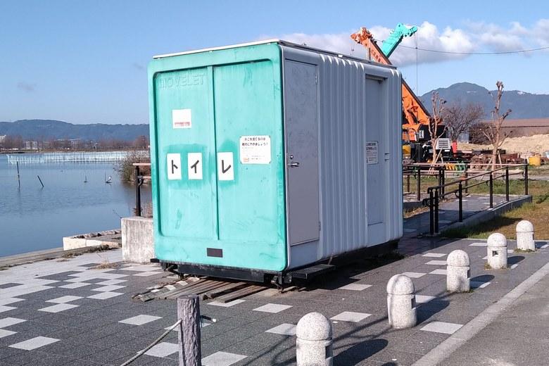 平湖の前に設置されている簡易トイレ