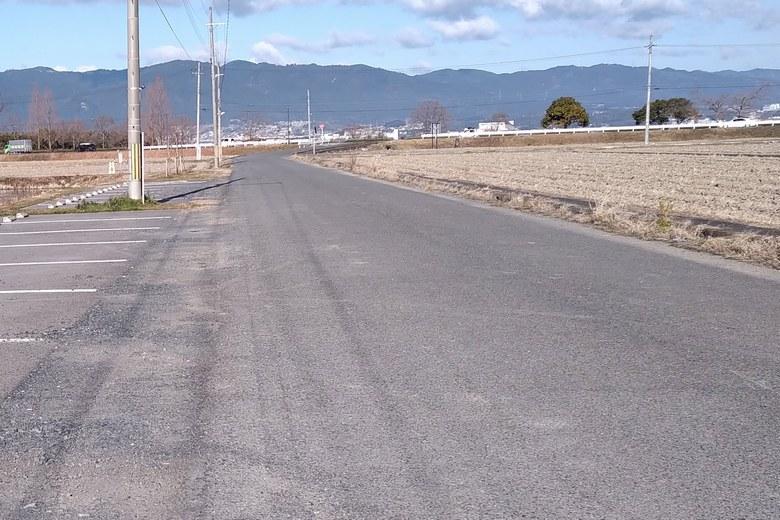 県道559号線から平湖へ通じる道路
