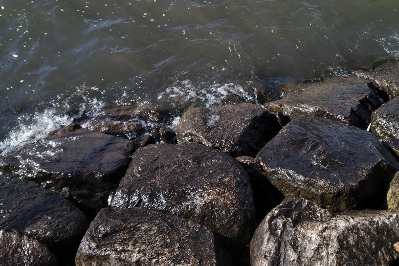 KBセーレン前の、石積み護岸のリップラップ