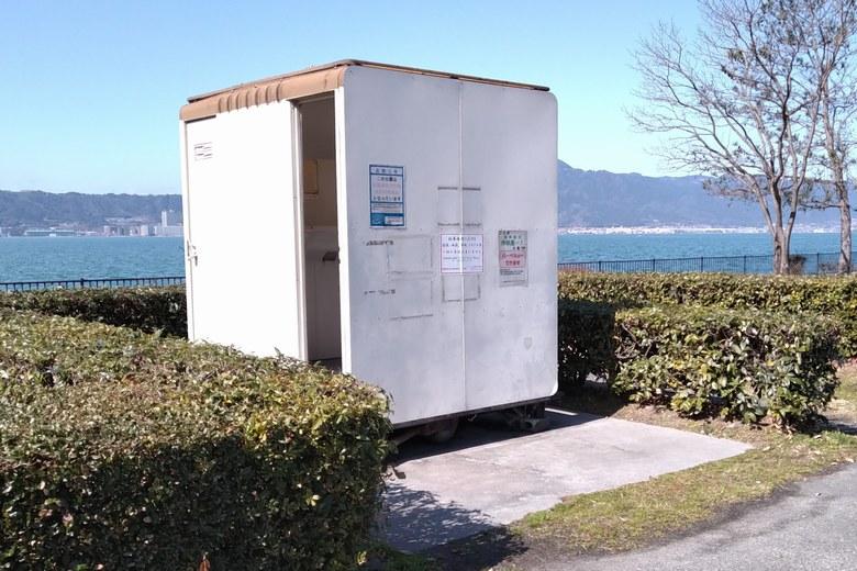 南西の矢橋帰帆島1駐車場にある簡易トイレ