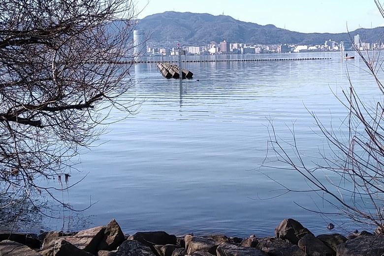 北山田1の沖にある一文字の防波堤