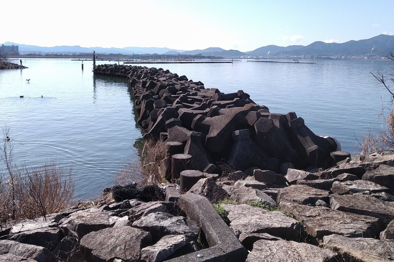 北山田漁港の港口にある、テトラブロックの防波堤