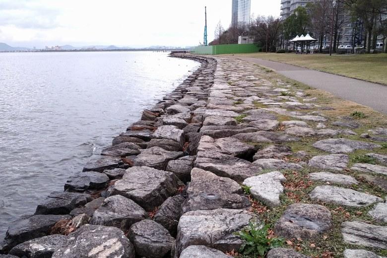 諸子川と堂の川の間の石積み護岸