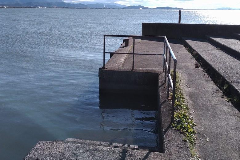長浜港のスロープ前の護岸と階段