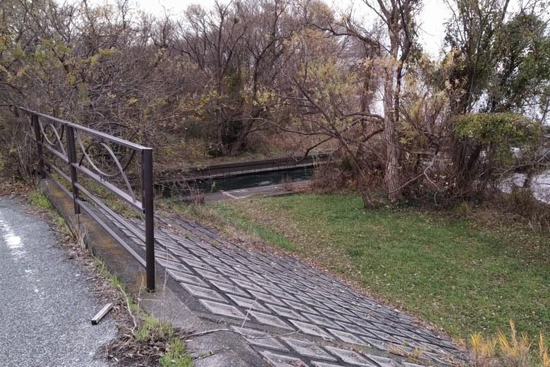 県道から大井川の河口へ下りる道