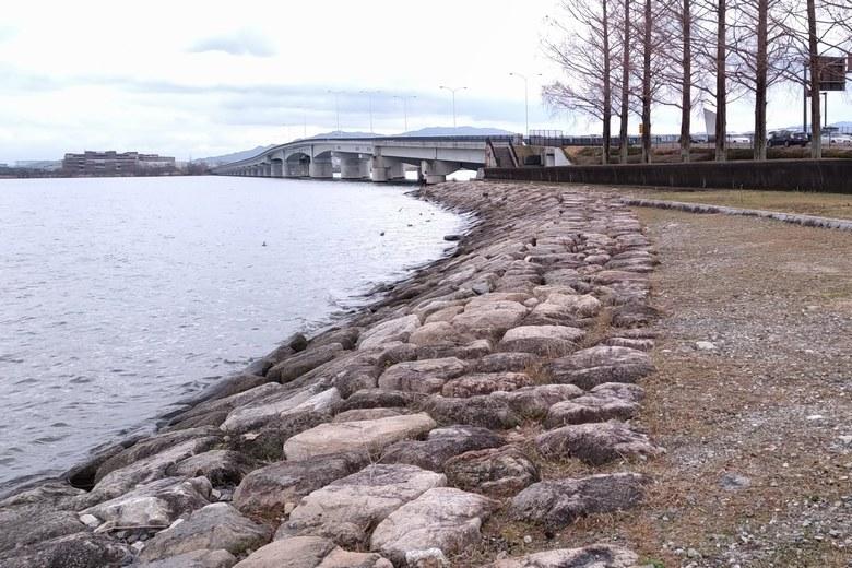 近江大橋の西詰に続く石積み護岸
