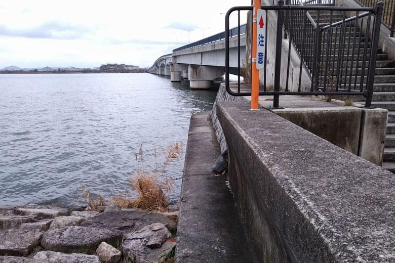 近江大橋の西詰と護岸
