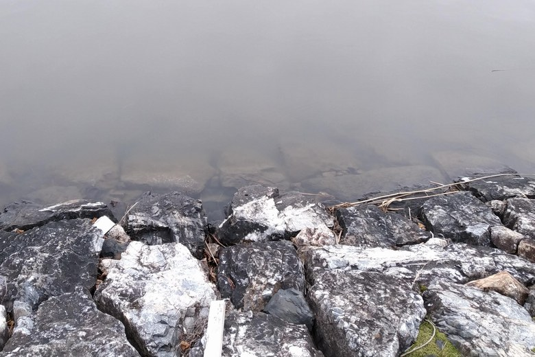 下物内湖の石積み護岸のリップラップ