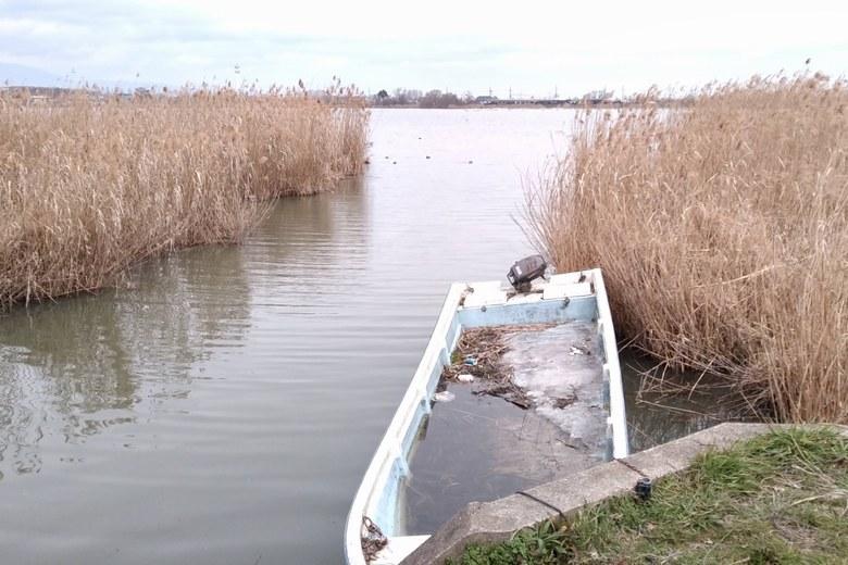 下物内湖の南岸の水路の流れ込み