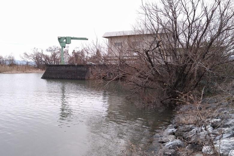 下物内湖の南にある、津田江排水機場