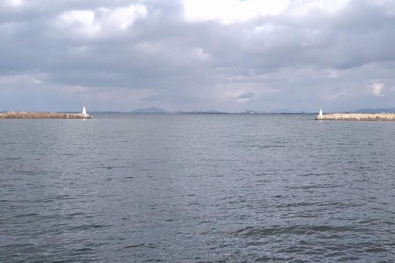 大津港の沖の防波堤