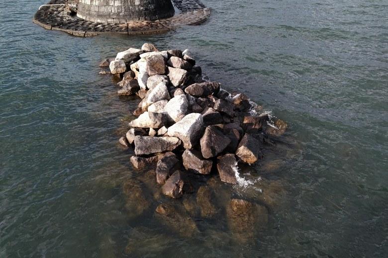遊歩道と防波堤の間に積まれた岩