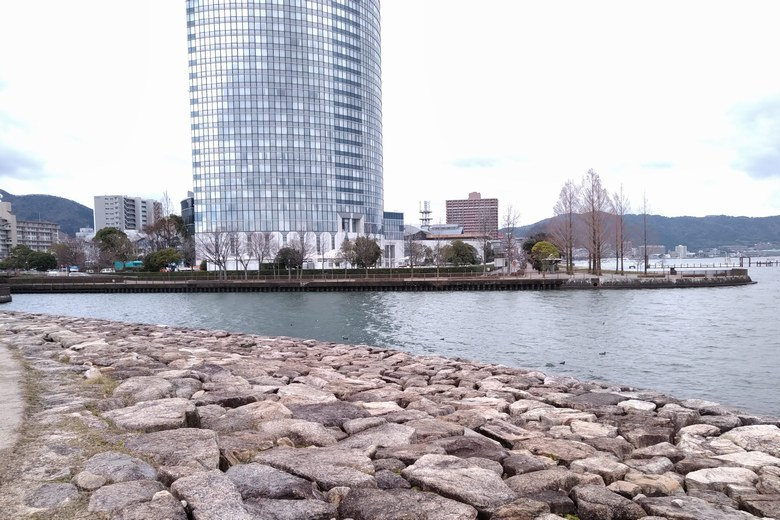 相模川河口の石積み護岸とプリンスホテル