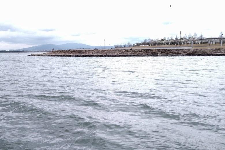 相模川の河口と東岸の石積み護岸