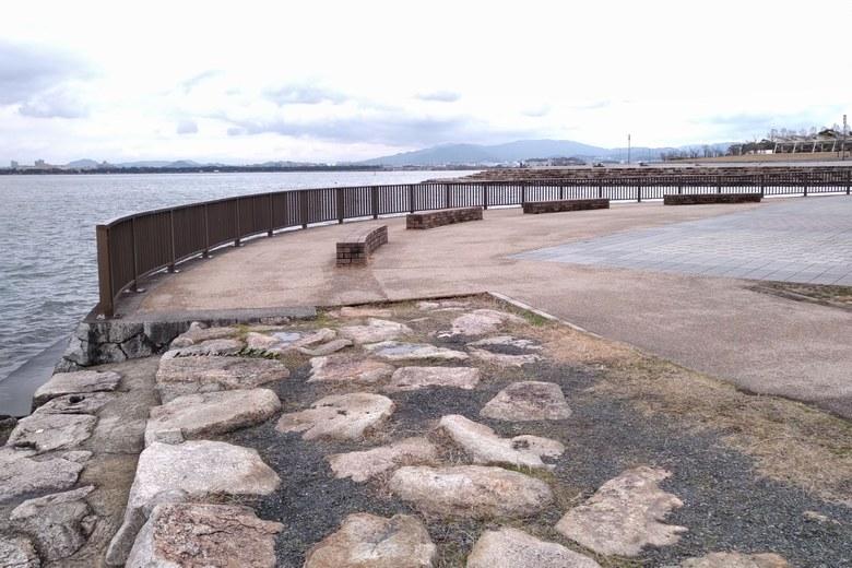 相模川の河口と石積み護岸