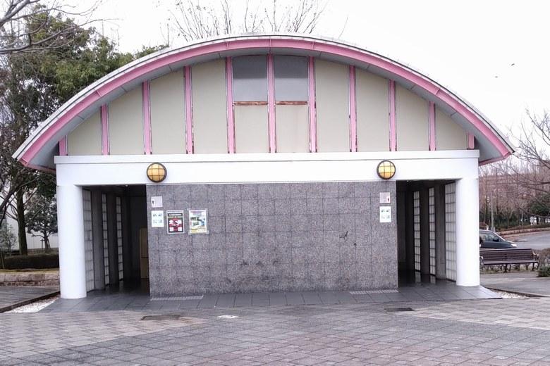 市民プラザ駐車場の端にあるトイレ