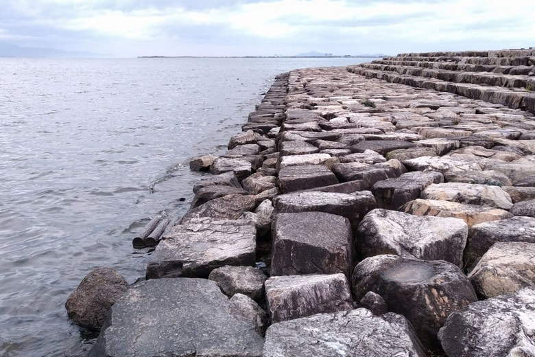 由美浜の市民プラザの石積み護岸