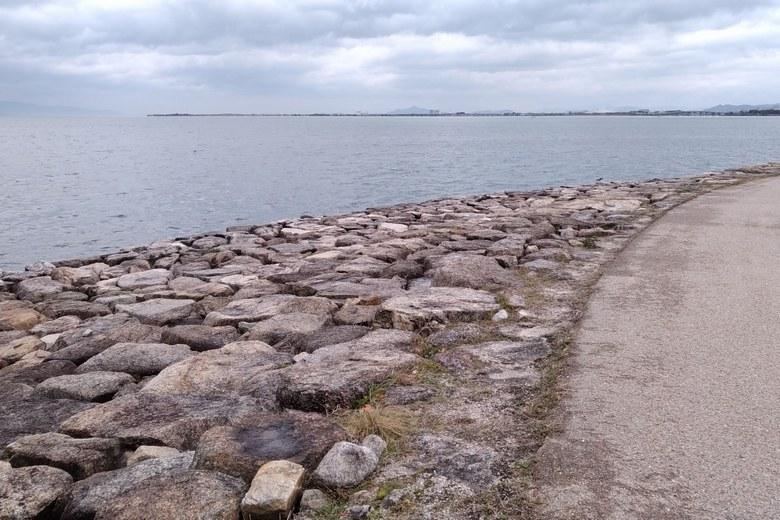 岬状の形をした、市民プラザの石積み護岸