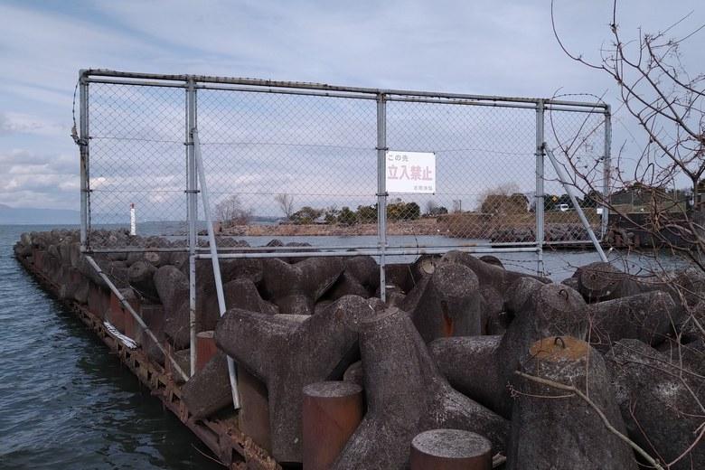 志那漁港のテトラブロックへの、立入禁止の柵
