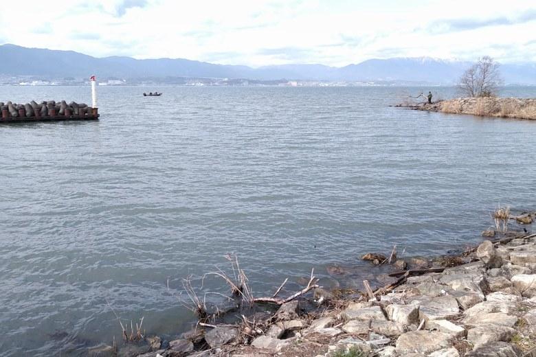 志那漁港の出口とミオ筋