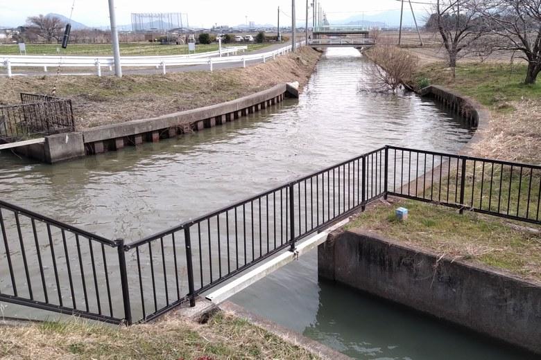 志那2エリアの北に流れ込む水路