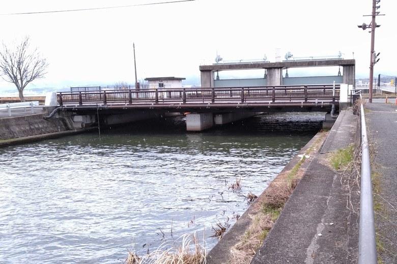 木浜2号水路の橋と水門