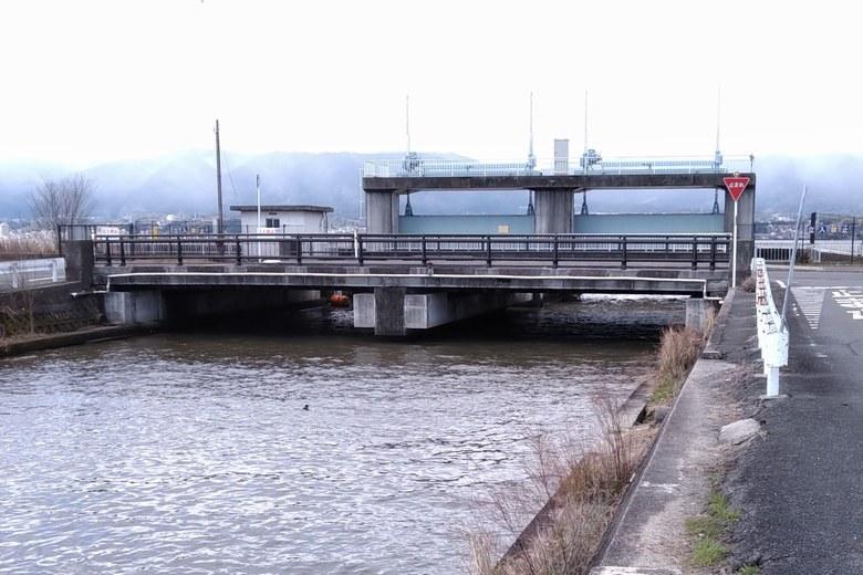木浜4号水路の橋と水門
