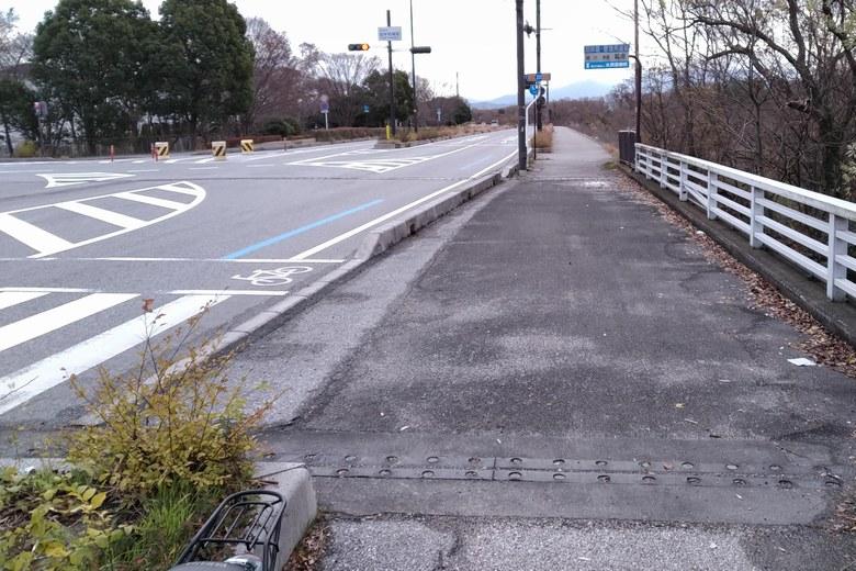 大井川の前を通る県道331号線