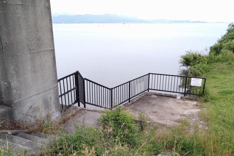 西側の大きい水門の岸辺に下りる階段
