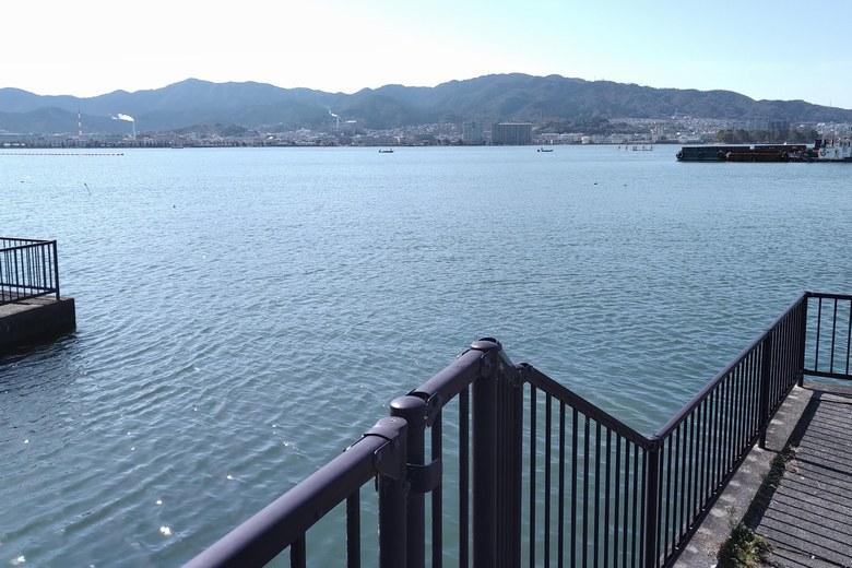 殿田川の河口の沖
