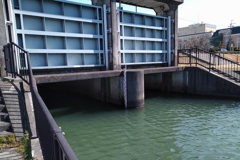 殿田川河口の、2門の水門