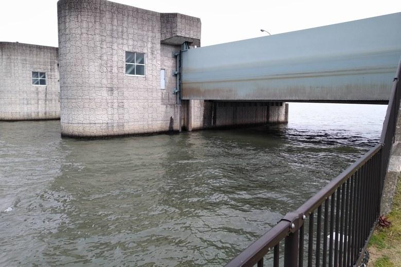 津田江1北の北側にあう水門