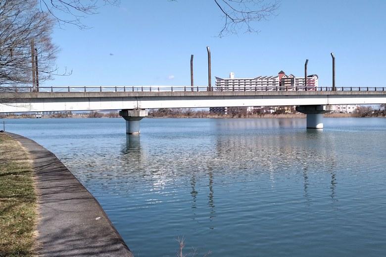 帰帆島の護岸と、矢橋大橋の橋脚