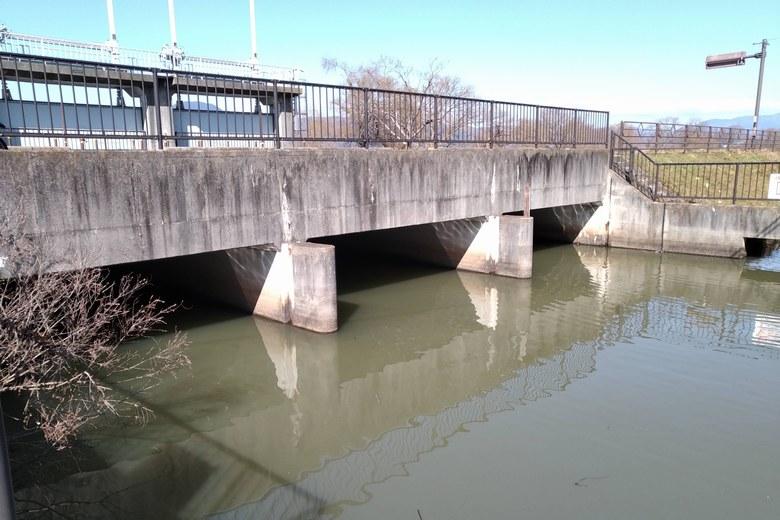 山寺川の道路下の水門