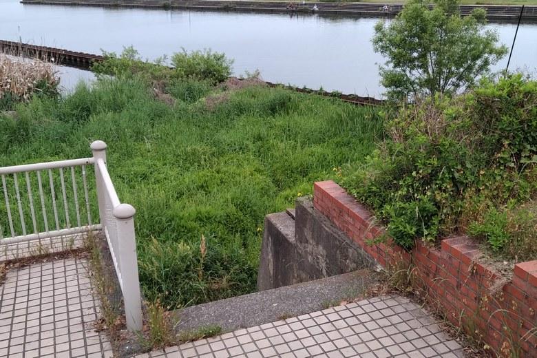 米川河口の岸辺に下りる階段
