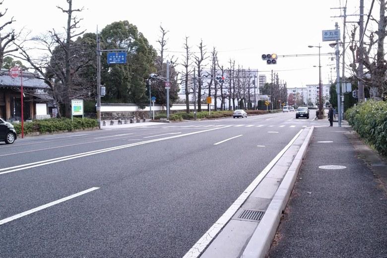 膳所城跡公園の前を通る県道102号線