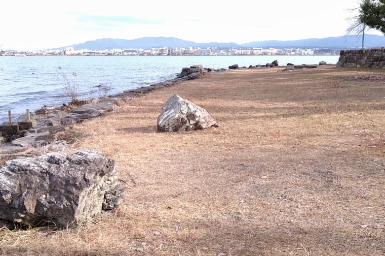 膳所城跡公園の岸辺の岩