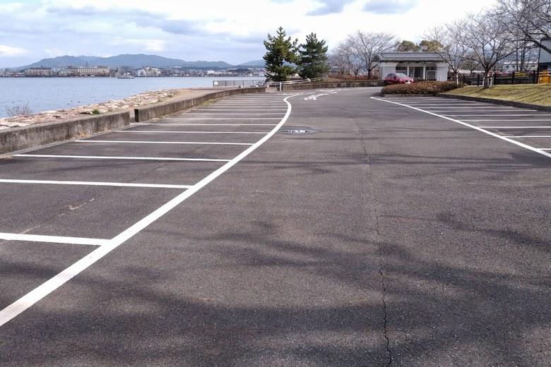 膳所・晴嵐の道A駐車場と湖岸