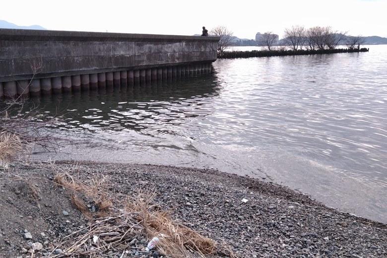 河口のサンドバーから見た、朝妻漁港の外周
