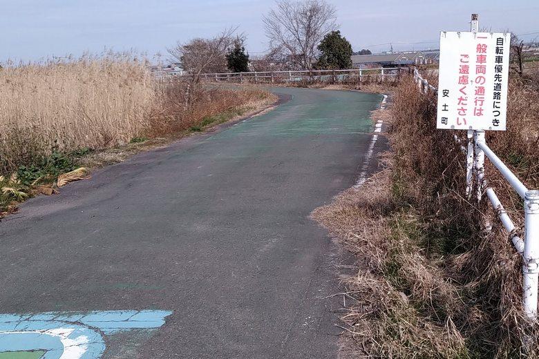 西の湖の北の、自転車優先道路