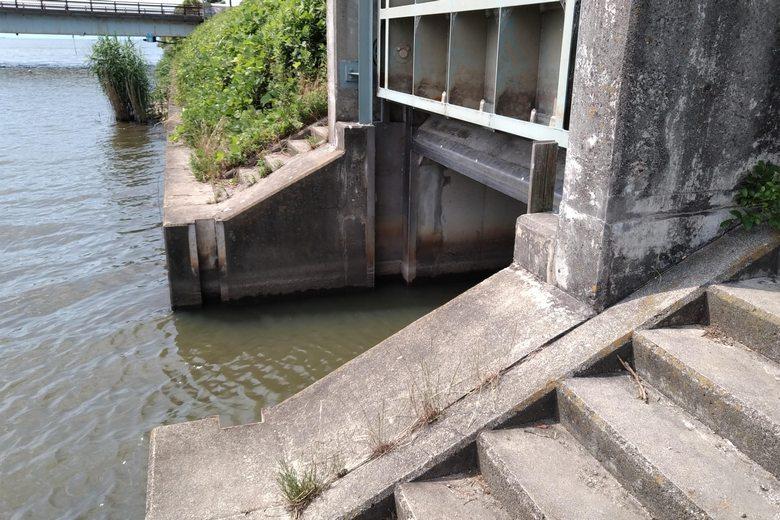 水車橋の下流にある水門