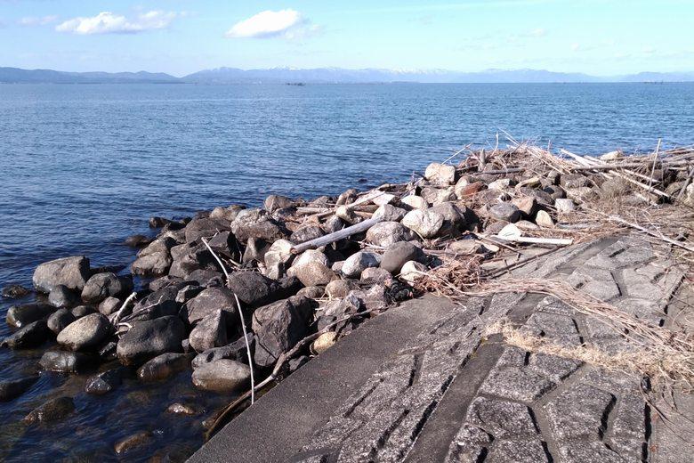 愛知川の北岸先端の石積み