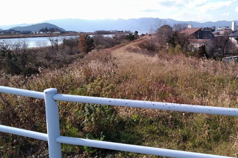 愛知川橋の歩道の柵ろ、北岸の土手