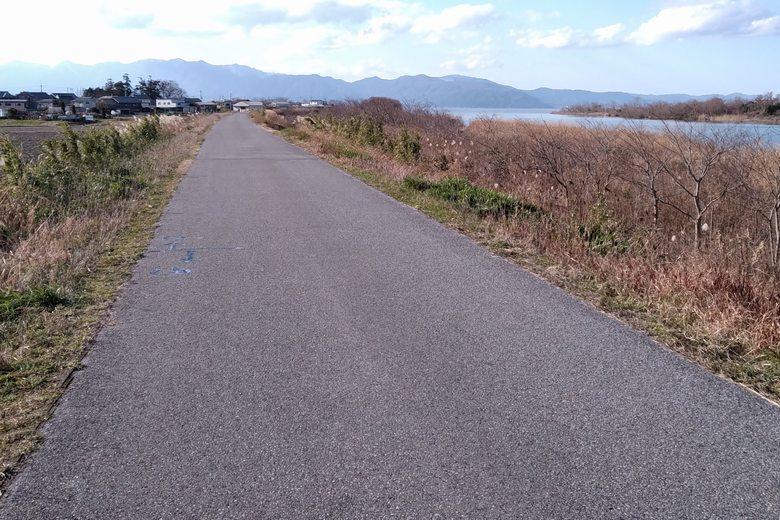 愛知川の南岸沿いにある、細い道路